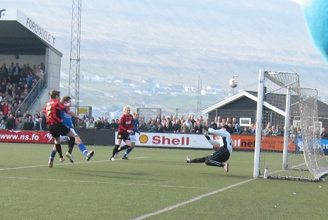 Player of the Year 2006, Jákup á Borg, HB Tórshavn, on the left in a red/black jersey